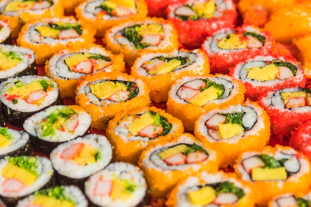 Assortimento variopinto di rotoli di sushi