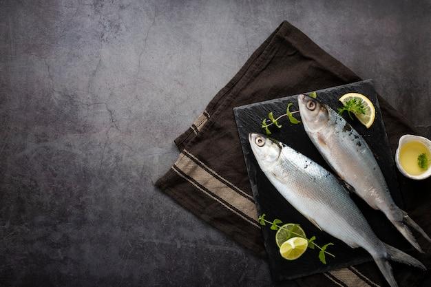 Assortimento vista dall'alto con deliziosi pesci e stucchi sullo sfondo