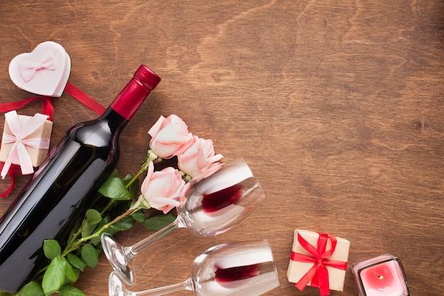 Assortimento vista dall'alto con rose e vino