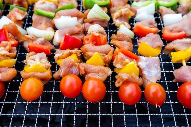 Assortiti deliziosi barbecue con carne e verdure sul fornello