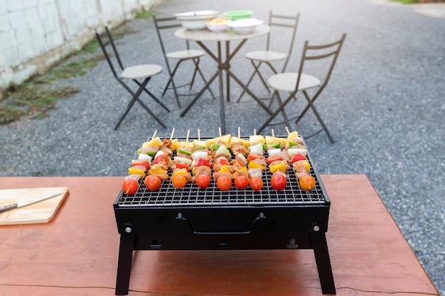 Assortiti deliziosi barbecue con carne e verdure sul fornello.