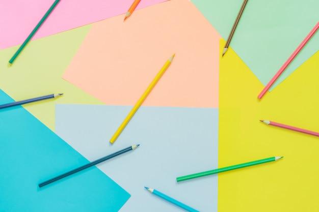 Astratti diversi sfondi al neon alla moda multicolore con matite e posto per il testo
