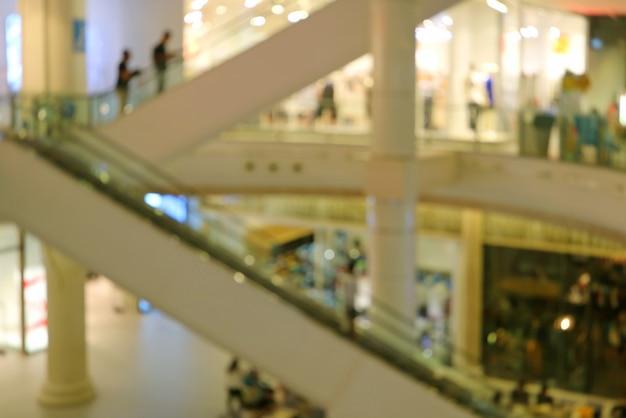 Astratto sfocato di persone sulla scala mobile salendo nel centro commerciale
