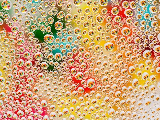 Astratto sfondo colorato vivido con gocce convesse sferiche grandi e piccole