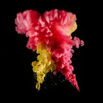 Astrazione brillante di nuvole di inchiostro colorato