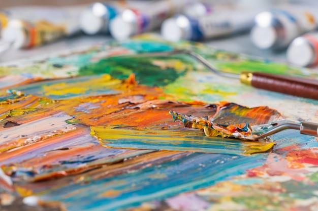 Astrazione luminosa, succosa, multicolore della loro miscelazione di colori ad olio su un primo piano tavolozza.
