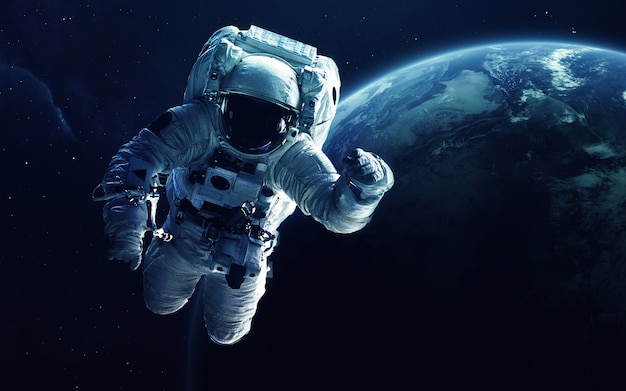 Astronauta di fronte al pianeta terra.