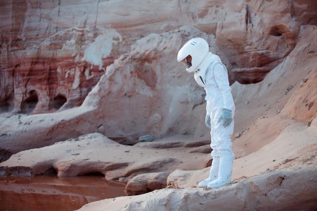 Astronauta futuristico su un altro pianeta, immagine con l'effetto di tonificazione