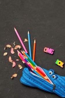 Astuccio per le matite che mangia le matite su gesso nero