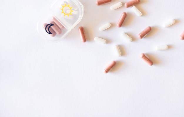 Astuccio per pillole, integratore a base di erbe in capsule e compresse