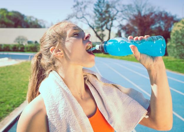 Atleta che beve bevanda energetica