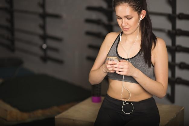 Atleta che utilizza l'app per il fitness tracker per il monitoraggio della perdita di peso