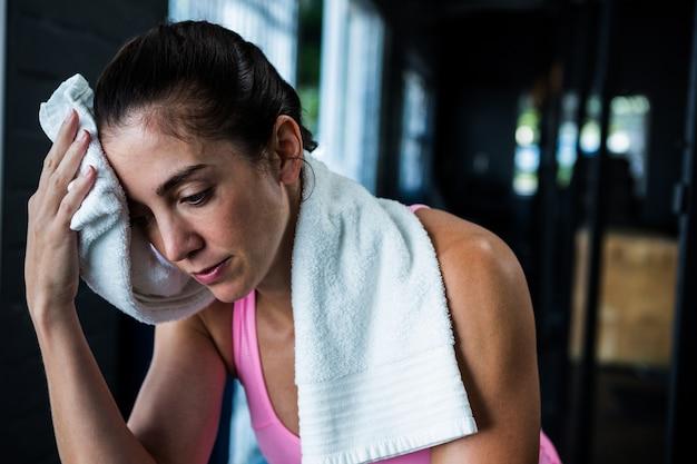Atleta femminile che pulisce il sudore