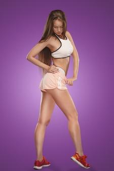 Atleta giovane donna muscolare in posa