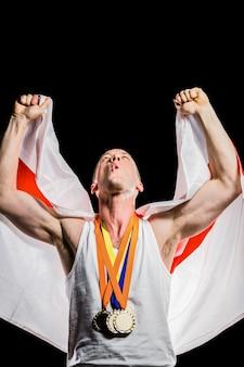 Atleta in posa con medaglie d'oro dopo la vittoria