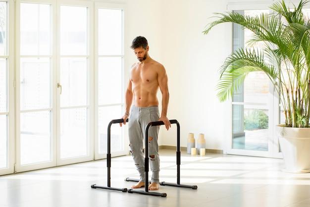 Atleta muscoloso pronto per l'esercizio di calisthenics