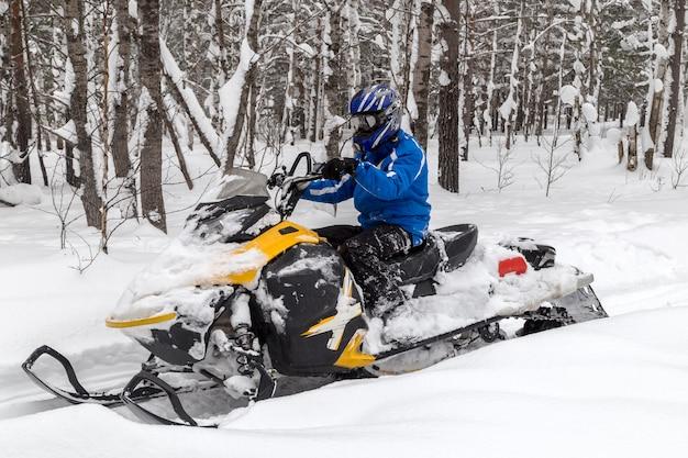 Atleta su una bici da neve