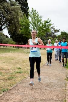 Atleti in esecuzione di corsa nel parco