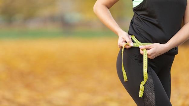 Atletico bel corpo con un metro