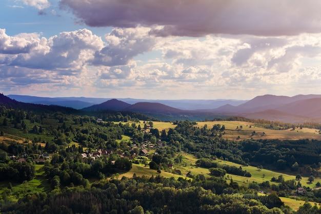 Atmosfera dell'europa della francia alsazia primavera, estate bellissimi paesaggi di natura e cieli