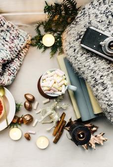 Atmosfera di capodanno e candele giocattoli di natale con una tazza di caffè