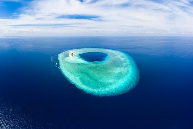 Atollo idilliaco aereo, destinazione di viaggio scenico maldive polinesia