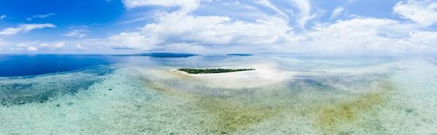 Atollo tropicale con barriera corallina