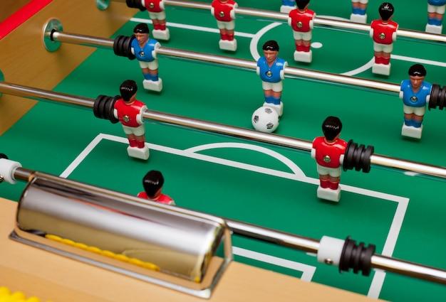 Attaccante nel calcio da tavolo, mirare all'obiettivo.