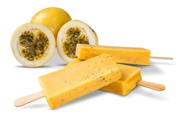 Attacchi il sapore del frutto della passione del gelato isolato su fondo bianco. pallet messicani