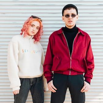 Attento giovane uomo e donna in piedi sulla strada