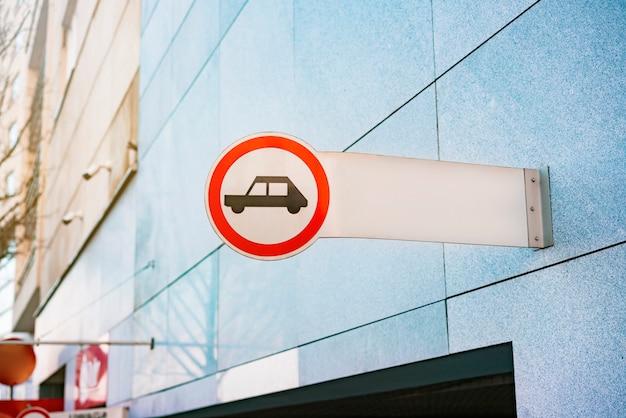 Attenzione al segnale dell'auto per i pedoni. segno di attenzione per le persone