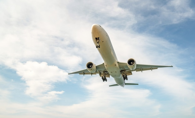 Atterraggio dell'aereo piano e fondo del cielo blu