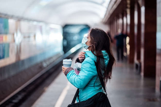 Attesa della donna ad una stazione della metropolitana a kiev.