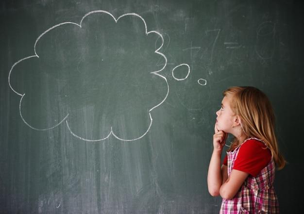 Attivi bambini veri in classe con lezione di scuola