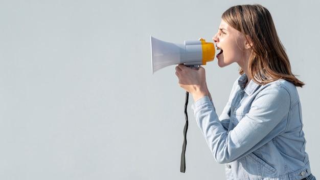 Attivista con urla di megafono