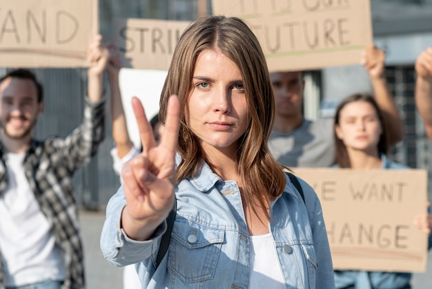Attivisti che stanno insieme per dimostrazione