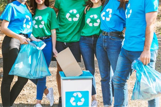 Attivisti in piedi con i sacchi della spazzatura