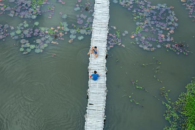 Attività d'infanzia tailandese vicino allo stagno di loto.