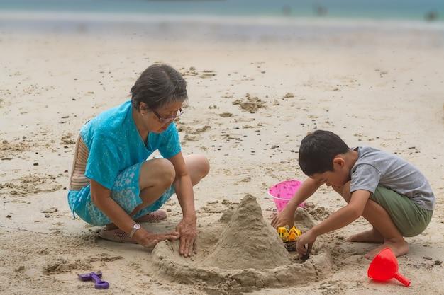 Attività di felicità tra 2 generazioni di persone.
