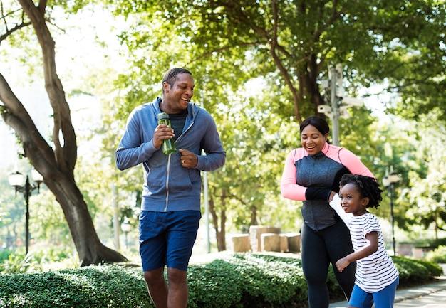 Attività fisica famiglia all'aria aperta vitalità sana