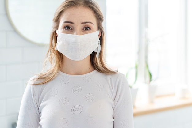 Attività quotidiane di quarantena e tiro medio donna