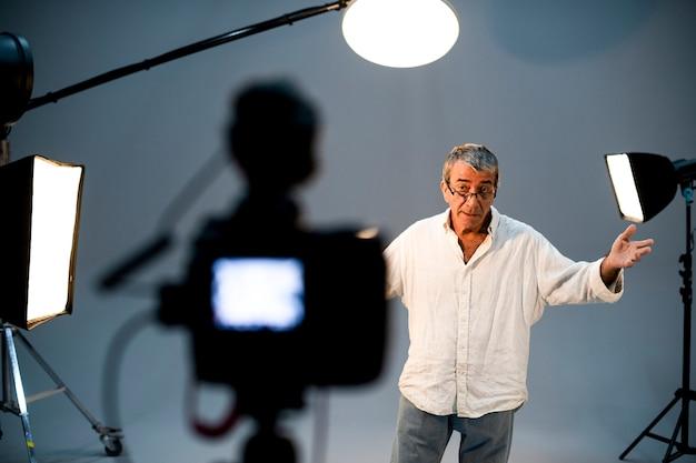 Attore davanti alla telecamera in un'audizione