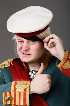 Attore vestito da generale russo suvorov, con segno ok