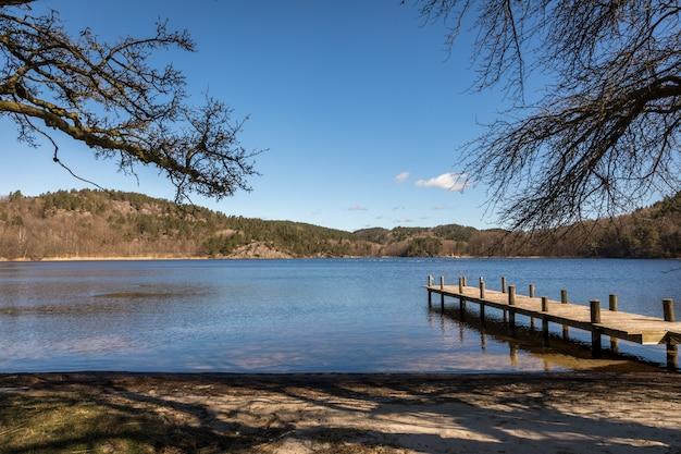 Attracco al lago in norvegia, all'inizio della primavera a tjomsevannet a sogne.