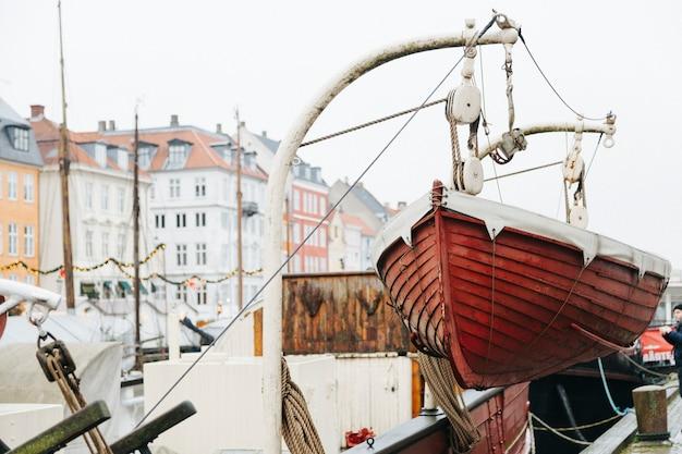Attracco fiume città con barche