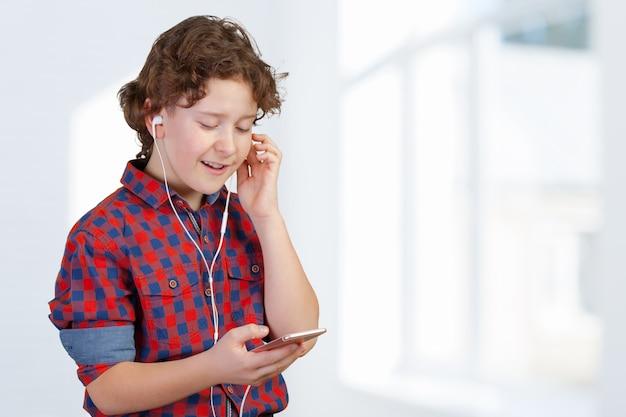 Attracive kid ascolta musica con le cuffie