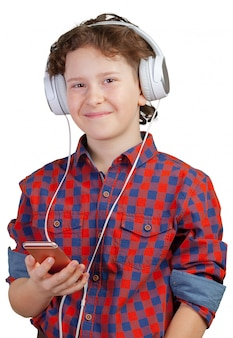 Attracive kid sta ascoltando musica con le cuffie