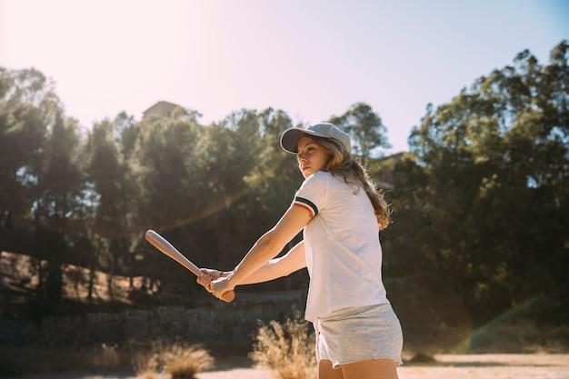 Attraente adolescente femminile preparato per il tiro