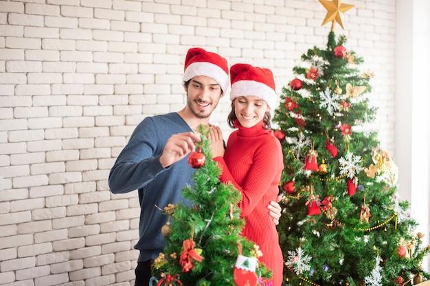 Attraente coppia di innamorati caucasici festeggia il natale a casa