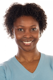 Attraente donna africana su uno sfondo bianco